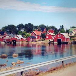 Schweden - typische rote Häuser am Wasser
