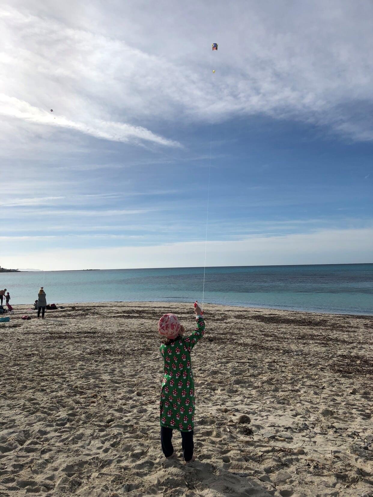 Taschendrachen steigen lassen auf Mallorca am Strand Es`trenc